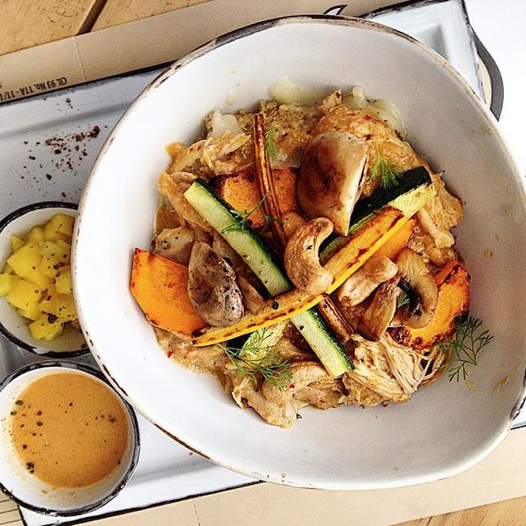 Pato Thai: pollo en salsa de curry rojo y leche de coco, verduras, mango y marañon, también en versión quinua ¡Pruebenlo! Increiblemente delicioso.
