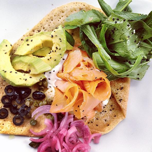 Crepe Alaska. Salmón ahumado con aguacate, aceitunas negras, pickles de cebolla, alcaparras y crema agria.