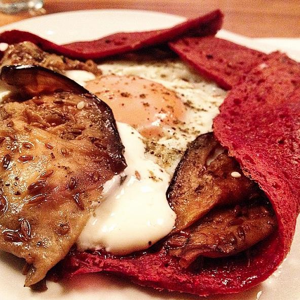 CrepeEstambul. Con berenjenas asadas, huevo, yogurt árabe y especias de Turquía en crepe de remolacha.